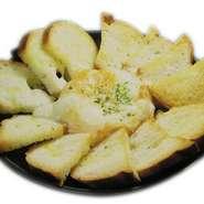 カマンベールのホールチーズをチーズフォンデューのように火にかけてトロットロとなったところをSCOOP!!
