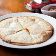 薄い生地の間にチーズとタコミートをはさんで焼いてます。自家製サルサソースを のながらどうぞ!