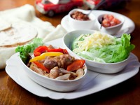 タコスは2種類。野菜たっぷりの具材を、巻きながらお好きなソースで、楽しく食べられます。親しい仲間と!