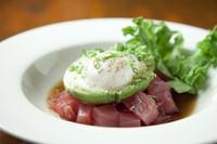 ハワイに住む日系人によって生まれた定番人気メニュー。 新鮮なマグロをお醤油味で「漬け」にしています。