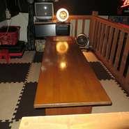 くつろげるロフト席(座敷)は、オセロやさまざまな遊びのアイテムがいっぱいあります。又モニターも有り!