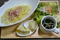 1人前の生パスタ、サラダ、スープ、前菜のセット、セットドリンク