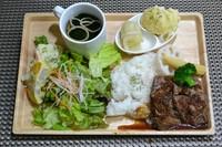 牛ハラミのステーキ、ポテトグラタン、サラダ、スープ、前菜のセット、セットドリンク