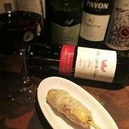 こだわりの道産鶏にブルーチーズを贅沢にのせた一品。スペインワインによく合う焼鳥です。鶏の旨みとブルーチーズのコクが最高!スペインワインとグリル串焼き(焼き鳥)のマリアージュをお楽しみください