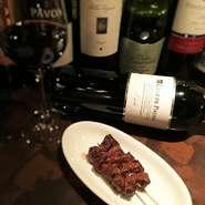 牛ハラミ串はこってりとした秘伝のタレでご提供。ハラミの味わい、タレのコクは赤ワインにぴったり。『クルス デ ピエドラ セレクション』と合わせてペアリングを楽しむのも◎