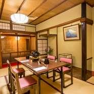 二階のお座敷はお客様のニーズに合わせてご利用可能。テーブル席を取り入れたお部屋も二部屋ございますので事前にご希望をお伝えください。当店はこれからもお客様に寄り添って歩んで行きたいと思います。
