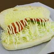 チーズにキャベツ、トマト、ピーマンなどを塩とからしマヨネーズで味付け。野菜の美味しさが味わえます。