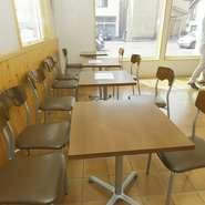 店内にはイスとテーブルもご用意しています。パンと一緒に牛乳やコーヒーの販売もしています。