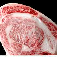 A5ランク国産黒毛和牛の雌牛のみを仕入れ、柔らかとさっぱりとした脂は申し分ありません。ホルモン類は、東京食肉市場仲卸より直接仕入れています。お肉は冷凍保存を行わず、全て生で保存し香りや潤いを保ちます。