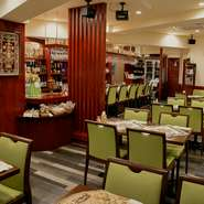 大きなカウンター9席の他、テーブル席が40席あります。いろいろな料理を取り分けながら、ウォッカやワインを飲み、わいわいと賑やかに宴会を開くのはいかがでしょうか。