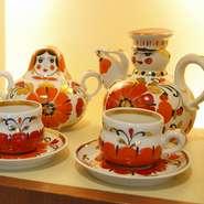 店内にはベラルーシやロシア、ウクライナのかわいい雑貨や人形、置物などが飾られ、華やかな印象。瓶詰や缶詰などお土産に購入できる食材もあります。