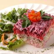 "Marinated herring and beetroot salad ""SELYODKA POD SHUBOI"".   ポテト、卵、ワイン漬けのニシン、ビーツなどをミルフィーユ状に重ねた色鮮やかなサラダ"