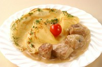 """Sour cream pork stew """"MACHANKA"""". クレープにソースをつけて食べるベラルーシの郷土料理"""