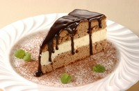"Chocolate cake ""BIRD'S MILK"". レモンとセモリナ粉のクリームをはさんだチョコレートケーキ"