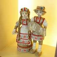 ベラルーシの人形や置物、織物など、美しい色使いの雑貨が店内を彩っています。
