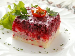 鮮やかな紫色のビーツを使った『ニシンとビーツのサラダ』