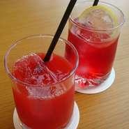 真っ赤なオレンジジュースは甘さと酸味が◎ ※写真左がブラッドオレンジ