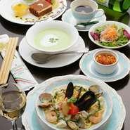 ・前菜・スープ・サラダ・メイン料理はお好きなパスタやピッツアがお選び頂ける。食後のドルチェは可愛いスワンと選べるケーキが楽しめる! ・カジュアルパーティープランは3200円