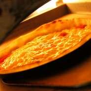 専用釜で高温で焼く薄焼きのパリッとしたピッツァ。生地は手作りクリスピータイプ。
