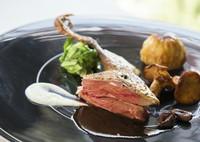 フランス・ランド産小鳩のロースト 根セロリのピューレと黒トリュフのソース ジロール茸のソテーを添えて