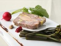 白ワインを飲ませて育てたワイン豚とフォアグラのパテ。オープン当初からのスペシャリティです。