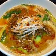 じっくり煮出したコラーゲン白湯スープを使い、麺には太麺をあわせました。ガッツリ食べたい一品です。
