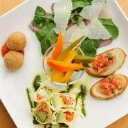 ワインとよく合う季節の野菜を使用した前菜の盛り合わせ。