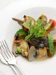毎朝市場で仕入れる新鮮な魚介を使った旨味たっぷりのアクアパッツァ!