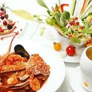 新鮮で瑞々しい地元野菜でつくる『バーニャカウダ(イタリア風スティック野菜、アンチョビソース)』はおすすめメニューです。他にも魚や肉をかたまりで焼き上げるメニューもおすすめです。
