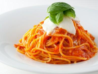 三位一体の美味しさ『バジルとモッツァレラチーズのトマトソース』