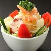 新鮮野菜と海鮮たっぷりの「オリジナルサラダ」