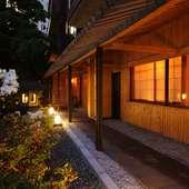 四季を感じる京風の小路を通って、店内へ