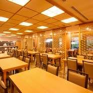 ランチタイムはバイキングスタイルのレストラン。ディナーは日本料理をご用意しています。