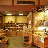 竹細工のおもちゃや季節の和菓子も販売しております。