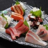 地元の漁港で獲れた鮮魚を一番美味しい食べ方で皆様にお届けします。