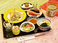 握り寿司と巻物・天ぷら盛り合わせ・うどん・サラダ・小鉢・茶碗蒸し