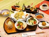 握り寿司と巻物・刺身盛り合わせ・天ぷら盛り合わせ・前菜・蒸し物・サラダ・茶碗蒸し・デザート