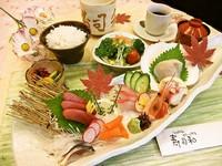 刺身盛り合わせ・サラダ・香の物・ご飯(おかわり無料)・味噌汁・デザート