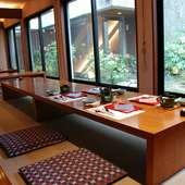 座敷でゆっくりと老舗ならではの会席料理を お楽しみください。