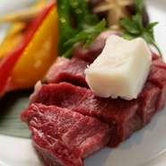 松阪牛のはいったリーズナブルなご膳メニューをランチタイム、ディナータイムでお楽しみください。小鉢、松阪牛石焼ステーキ、焼き野菜、ご飯、赤だし、サラダ、 デザート ※ごはんはおかわり自由です。