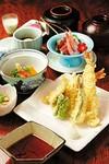 小鉢、煮物、お造り、天ぷら、あと1品、 ご飯、赤出汁、香の物、デザート