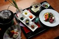 ※1、「国産和牛の石焼きステーキと天ぷら」コースは、前日までのご予約 にて国産和牛から松阪牛への変更可能です。 価格:8000円(税別)  ※2、ランチタイムでのご利用は要予約