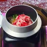 「地元の名産」を生かした贅沢メニューです。    松阪牛しぐれ煮、お造り、炊合せ、天ぷら(松阪牛の天ぷらを含む)、 松阪牛の釜飯、赤出汁、香の物、デザート