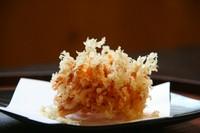 カルシウム豊富な桜えびだけを食材にしたかき揚げ。ごはん、そばサラダ、アイスを別途追加設定できます。