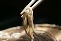 粒が見える位の蕎麦粉の粗さともっちりした食感、甘みが特徴。 岩塩を付けて際立つ旨みをご賞味下さい。