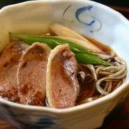 鴨肉からうまみが出たまろやかな温かい出汁のそばです。 鴨汁そばとは少し異なる楽しみ方ができます。