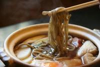 土鍋でぐつぐつ煮込む当店独自の太打ちそば。 鍋焼き仕立てでしょうゆ味の出汁が食材によって 四種類ともそれぞれ異なる風味に仕上がります。 追加トッピングはさらに旨みがアップし、おすすめです。