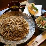 おそばにサラダ、天ぷら、デザートがついたお値打ちセット。 他のセット同様、昼夜とも設定があります。