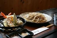 えび2尾と野菜の天ぷら盛り合わせにそばをセットした商品です。