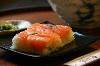 ざる又はかけそば+炊き込みご飯・ミニ丼を2~3日毎に更新。 写真はスモークサーモン押寿司の一例です。